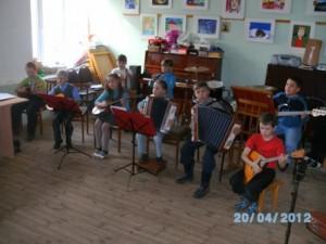Младший состав оркестра на репетиции перед отчетным концертом